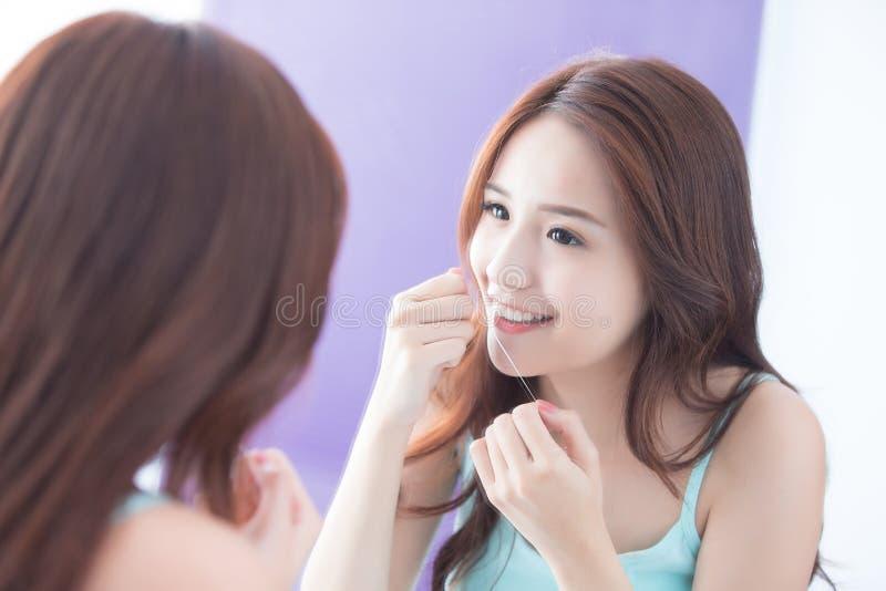 Mulher do sorriso com floss dos dentes fotografia de stock
