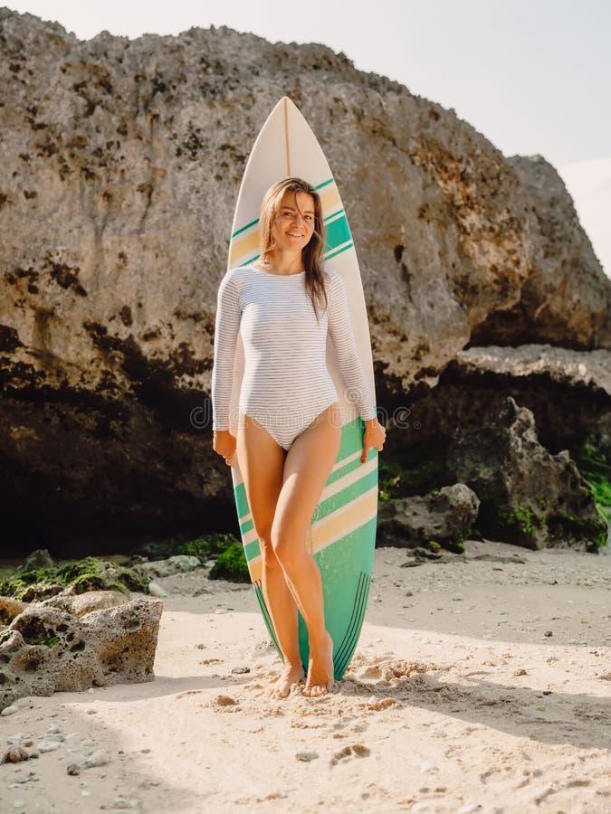 Mulher do surfista que levanta com prancha Menina bonita do surfista fotos de stock