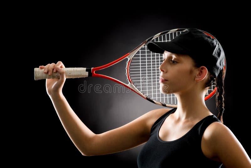 Mulher do tênis do esporte que levanta com raquete fotografia de stock royalty free