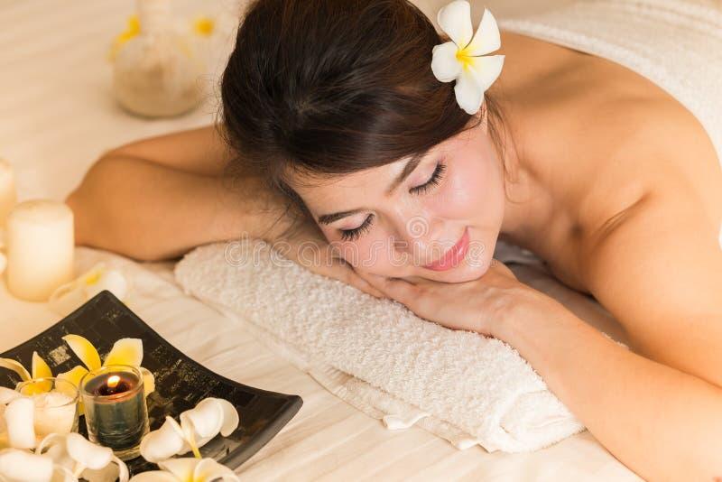 Mulher do tratamento da pele da beleza dos termas na toalha branca Beautif lindo fotos de stock