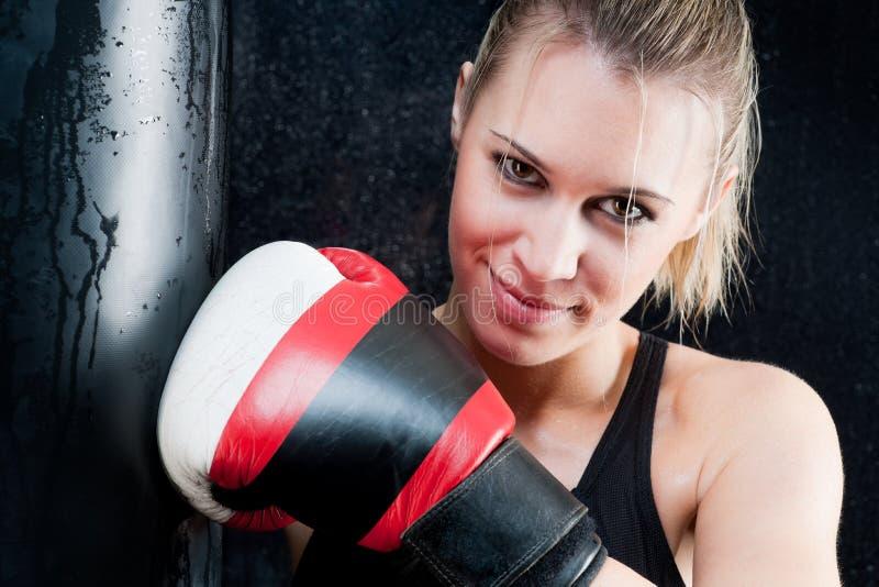 Mulher do treinamento do encaixotamento com as luvas na ginástica imagem de stock