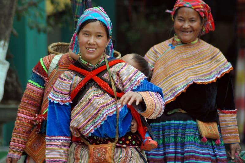 Mulher do tribo de Hmong que leva sua criança, Bac Ha, Vietname foto de stock