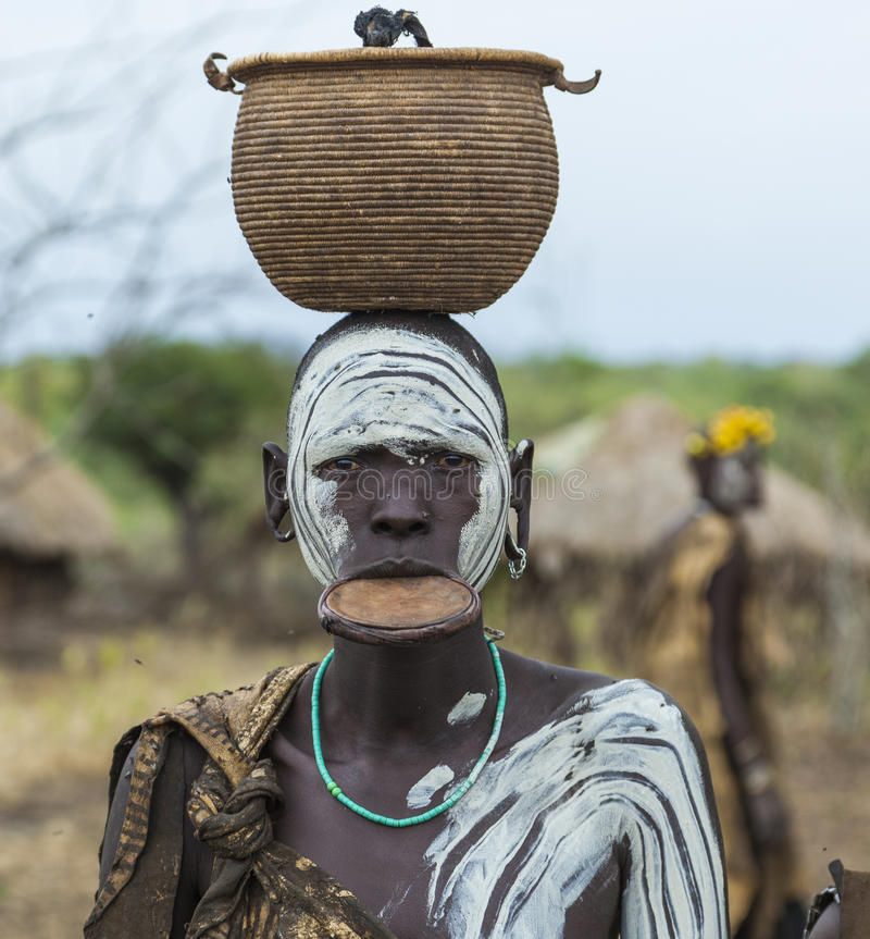 Mulher do tribo de Mursi na vila de Mirobey Mago National Park O foto de stock