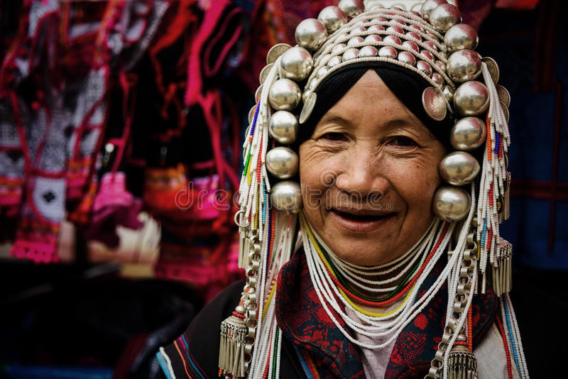 Mulher do tribo do sorriso de Akha fotos de stock