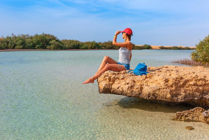 Mulher do turista na costa de Mar Vermelho e manguezais em Ras Mohammed National Park Destionation famoso do curso no deserto EL  foto de stock
