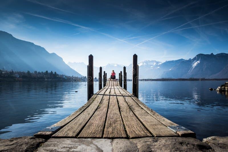Mulher do turista no lago Montreux fotografia de stock
