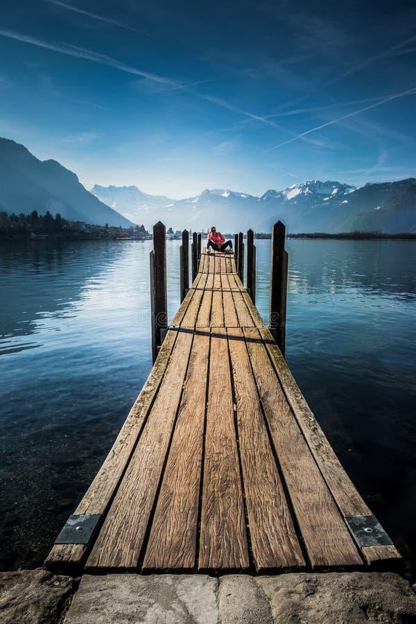 Mulher do turista no lago Montreux fotografia de stock royalty free