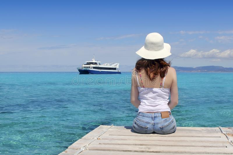 Mulher do turista que olha o mar de turquesa de Formentera foto de stock