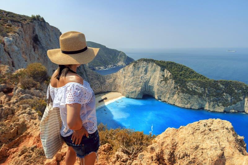 Mulher do turista que olha a praia de Zakynthos de Zante imagem de stock
