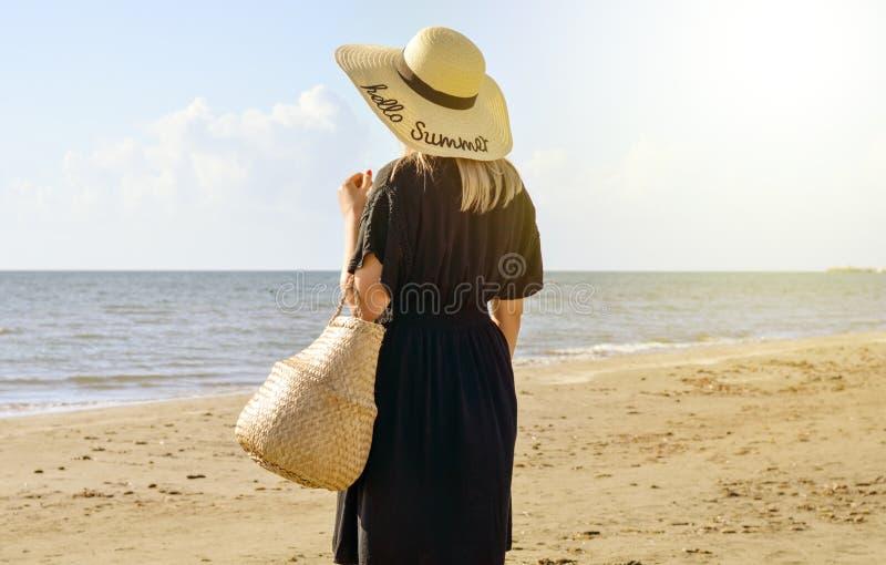 Mulher do turista que relaxa na praia fotos de stock