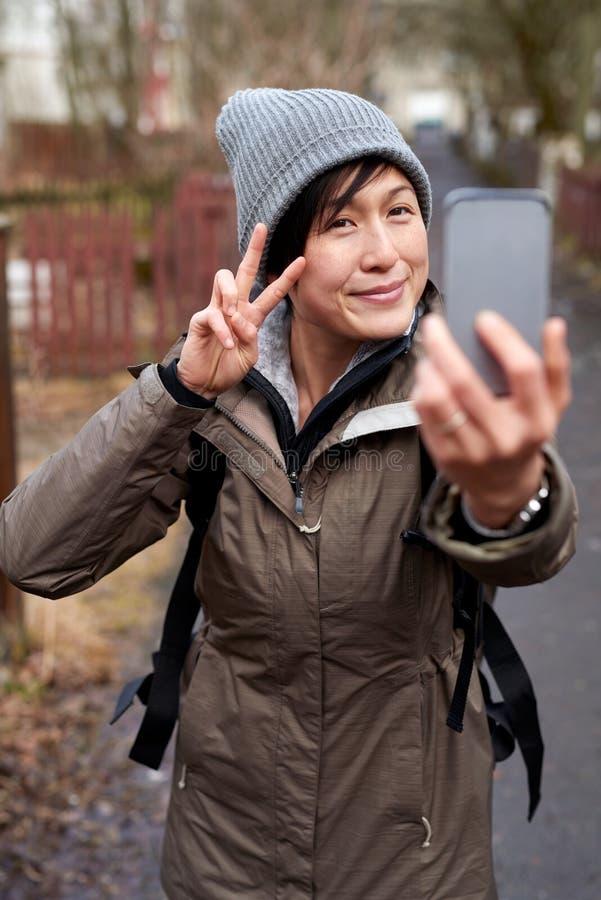 Mulher do turista que toma o selfie com telefone celular imagem de stock royalty free