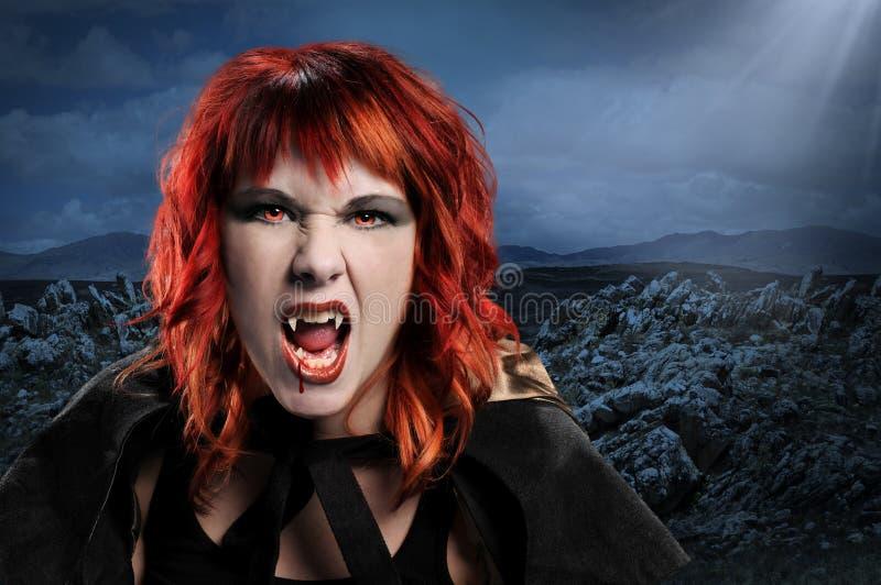 Mulher do vampiro que silva imagem de stock royalty free