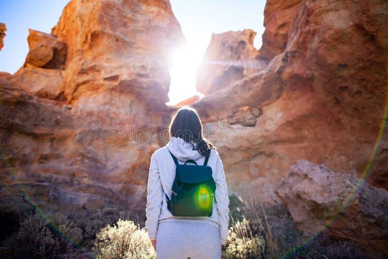 A mulher do viajante aprecia montanhas pitorescas na garganta backlit perto imagens de stock