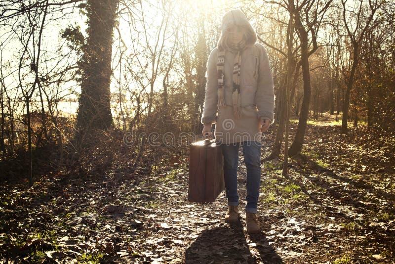 A mulher do viajante começa sua viagem na floresta misteriosa imagem de stock