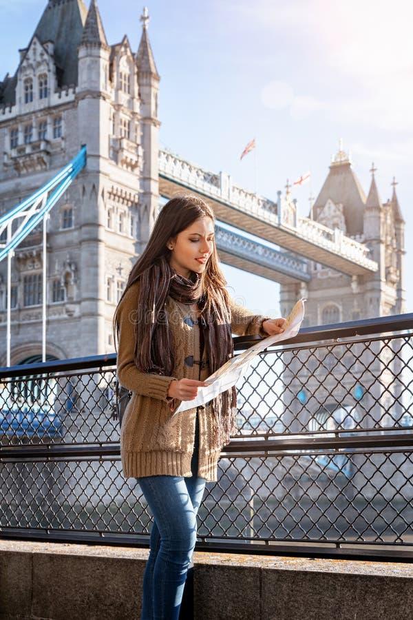 A mulher do viajante olha o mapa em Londres, Reino Unido fotos de stock royalty free