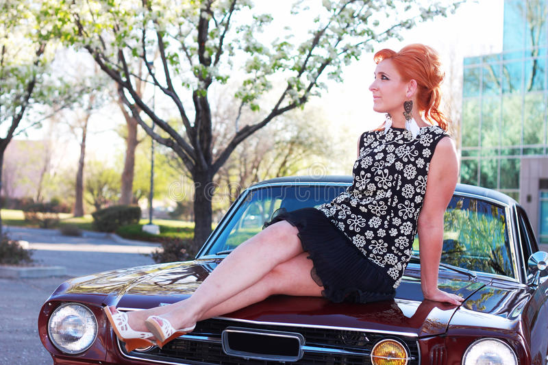 Mulher do vintage no carro do músculo fotografia de stock royalty free
