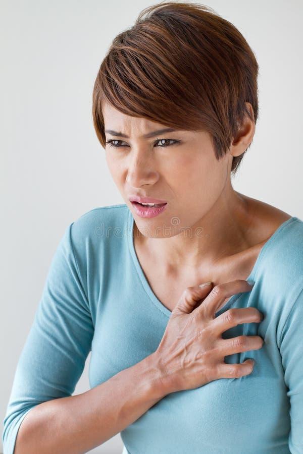 Mulher doente com cardíaco de ataque repentino fotografia de stock