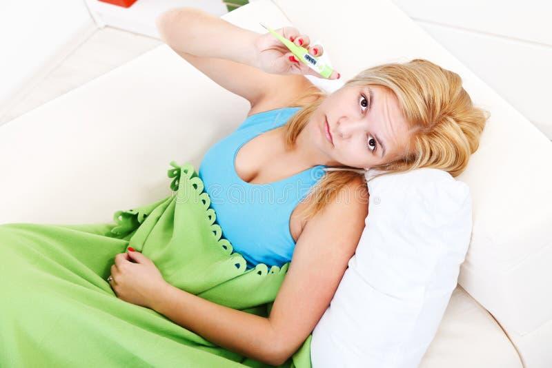 Mulher doente com febre imagens de stock royalty free