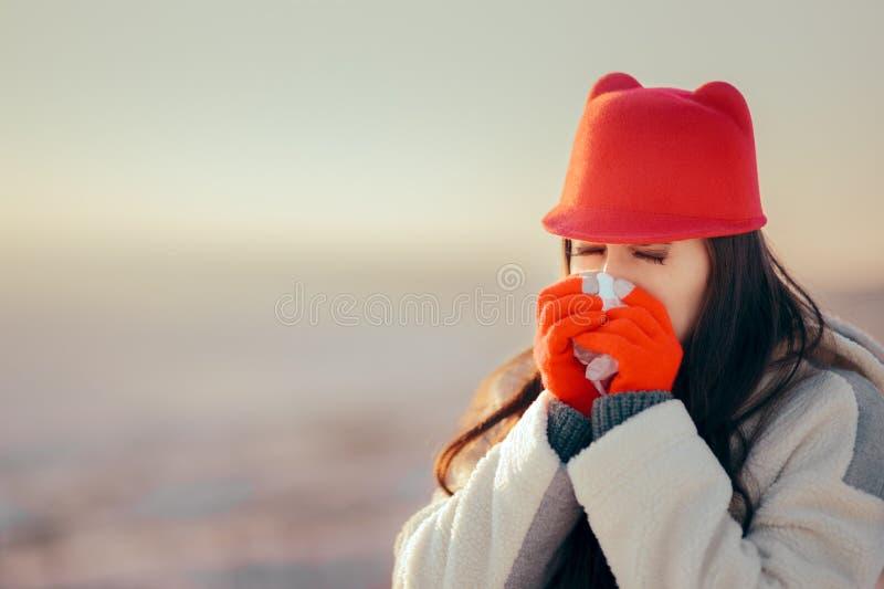 Mulher doente com o tecido que tem um exemplo mau da gripe fotografia de stock royalty free