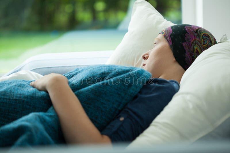 Mulher doente na cama fotografia de stock royalty free