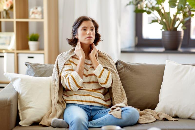 Mulher doente que toca em seus nós de linfa em casa imagem de stock royalty free