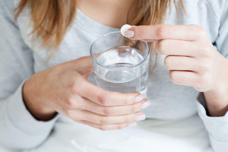 Mulher doente que toma aspirin fotografia de stock royalty free