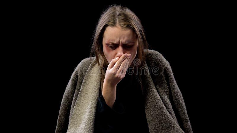 Mulher doente que tosse na mão, doença contagioso de sofrimento, tuberculose fotografia de stock