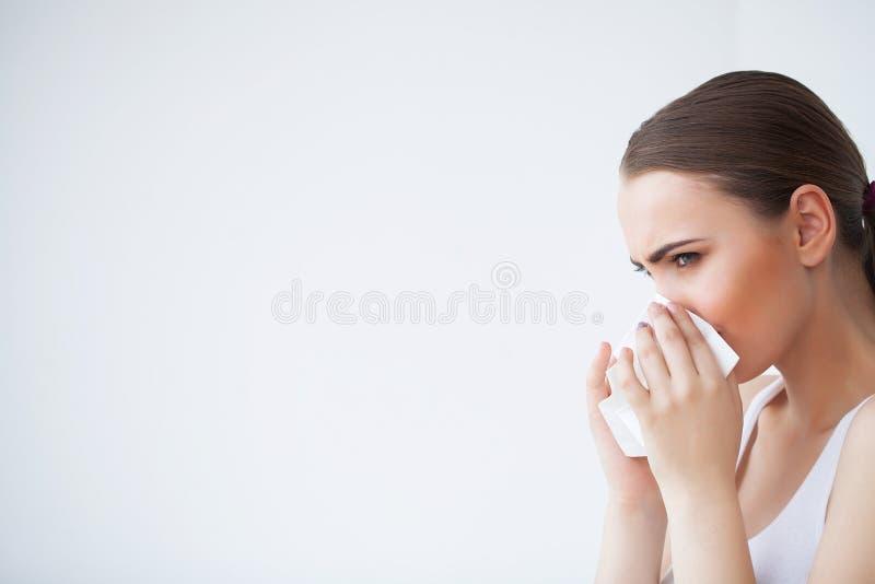 Mulher doente que usa o tecido de papel, problema do headcold fotografia de stock royalty free