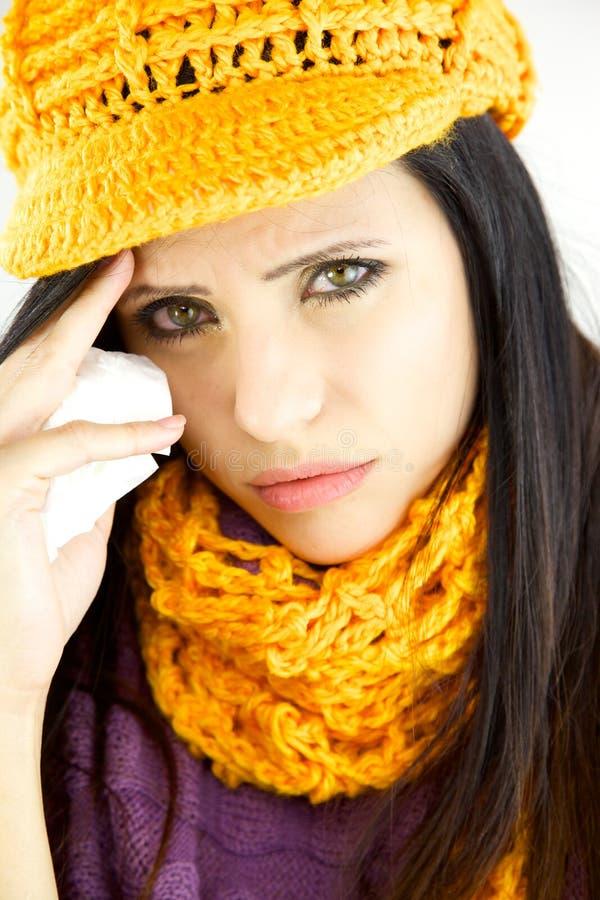 Mulher doente triste com gripe e frio foto de stock
