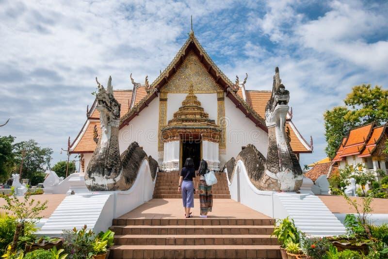 Mulher dois asiática que anda no templo antigo fotos de stock