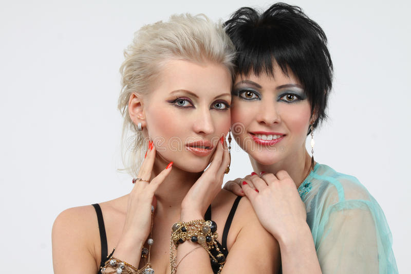 Mulher dois bonita - blonde e brunette fotografia de stock royalty free