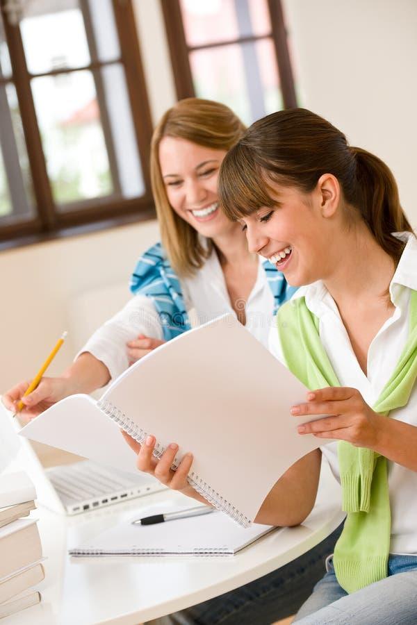 Mulher dois feliz do estudante em casa - com portátil fotografia de stock