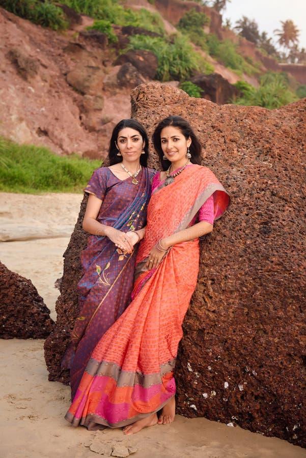 Mulher dois indiana bonita no saree tradicional bonito no por do sol foto de stock