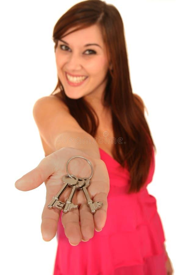 Mulher dos bens imobiliários com chaves foto de stock royalty free
