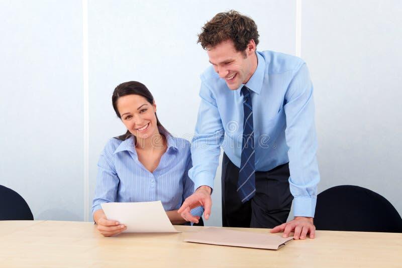 Mulher dos colegas do negócio que sorri na câmera imagem de stock royalty free