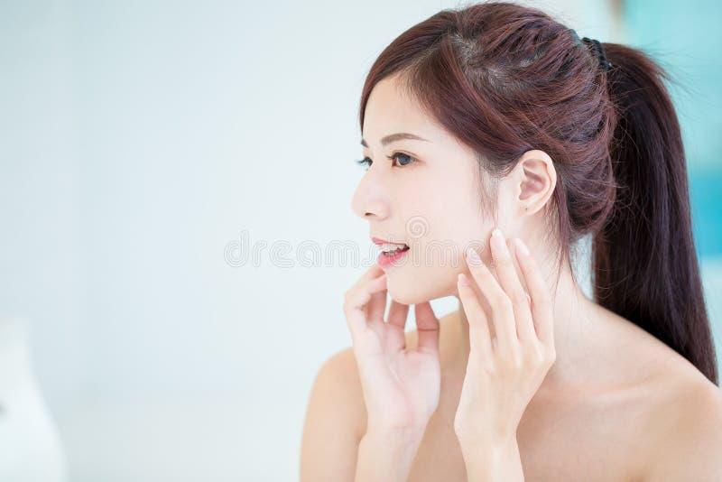 Mulher dos cuidados com a pele da beleza imagem de stock