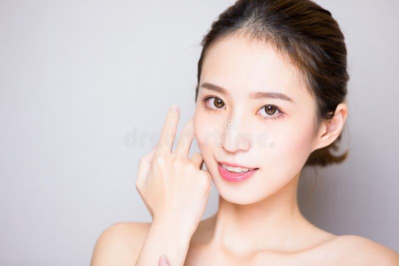 Mulher dos cuidados com a pele da beleza fotografia de stock royalty free