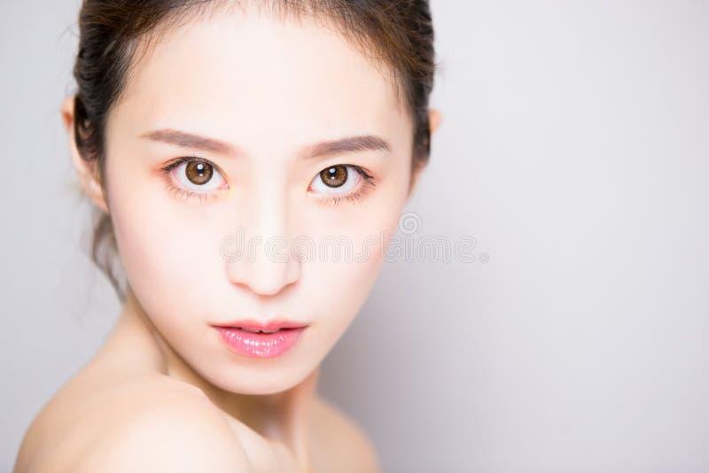 Mulher dos cuidados com a pele da beleza imagens de stock