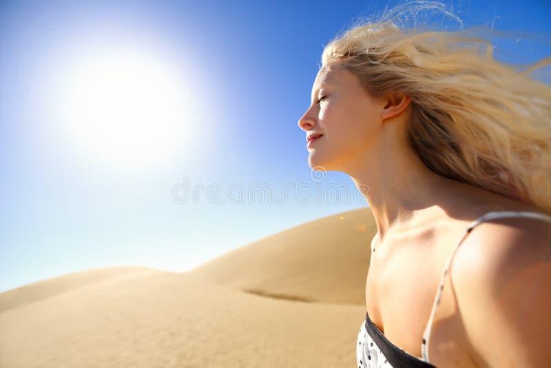 Mulher dos cuidados com a pele de Sun que aprecia a luz do sol do deserto fotografia de stock