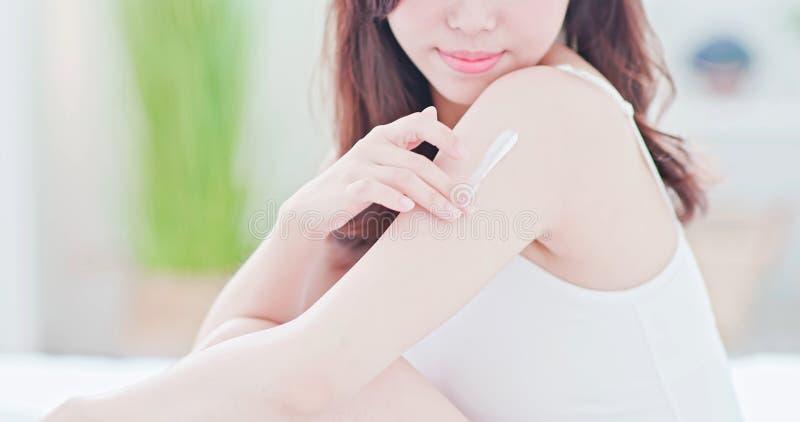 Mulher dos cuidados com a pele que aplica a proteção solar fotos de stock