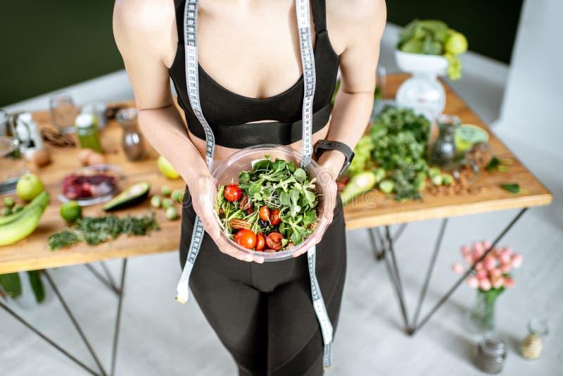 Mulher dos esportes com alimento saudável foto de stock