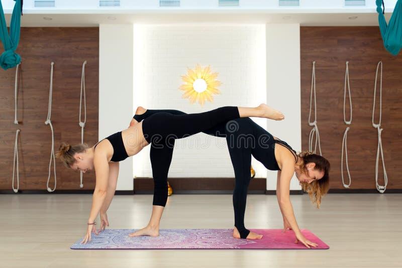 A mulher dos pares no gym faz a ioga que estica exercícios Estilo de vida do ajuste e do bem-estar fotos de stock royalty free