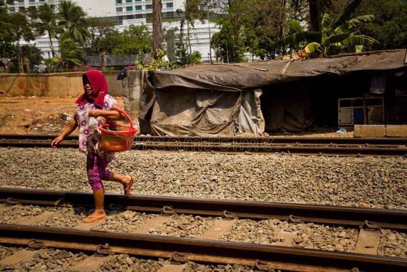 Mulher dos precários da trilha do trem de Jakarta central, Indonésia fotos de stock