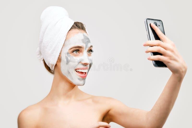 Mulher dos termas com a máscara protetora que faz Selfie imagem de stock royalty free