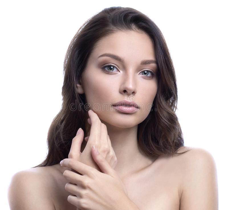 Mulher dos termas da beleza com o retrato perfeito da pele Mordente tocante moreno lindo Conceito facial do tratamento e da cosme fotografia de stock royalty free