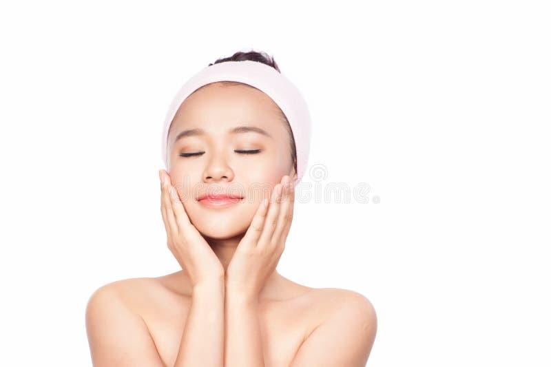 Mulher dos termas Menina bonita após o banho que toca em sua cara Pele perfeita Skincare Pele nova fotos de stock