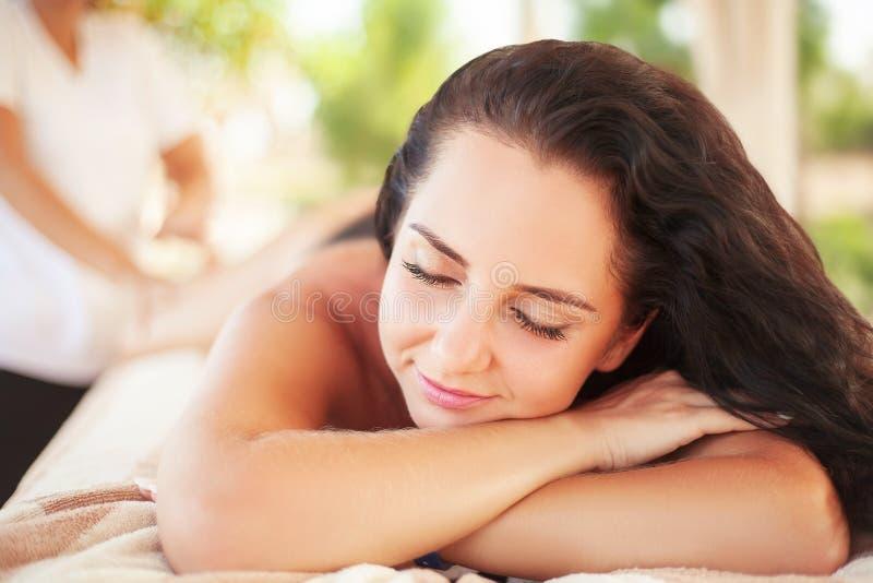 Mulher dos termas Morena que obtém Marine Algae Wrap Treatment nos termas fotos de stock royalty free