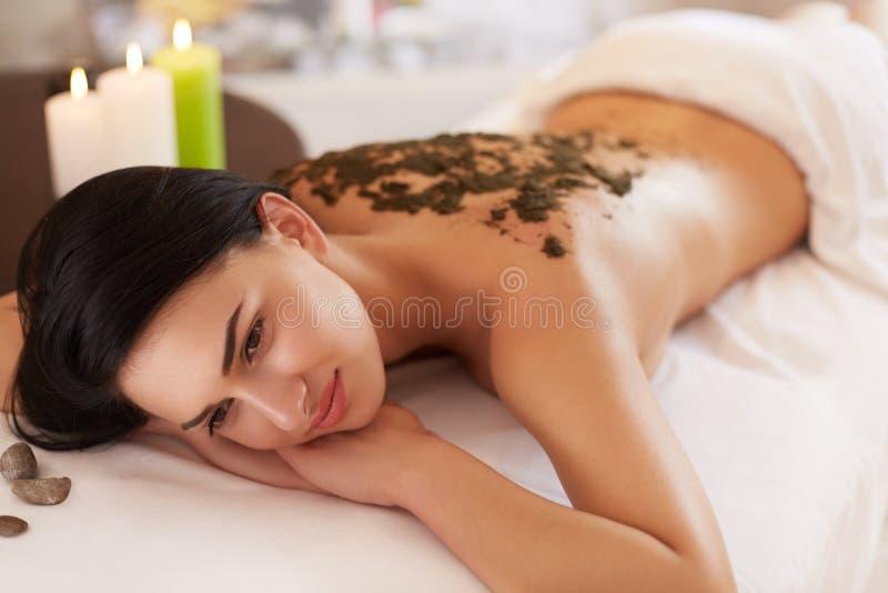 Mulher dos termas Morena que obtém Marine Algae Wrap Treatment nos termas imagem de stock