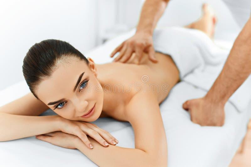 Mulher dos termas Procedimento da massagem no salão de beleza dos termas da beleza Cuidado do corpo imagens de stock royalty free