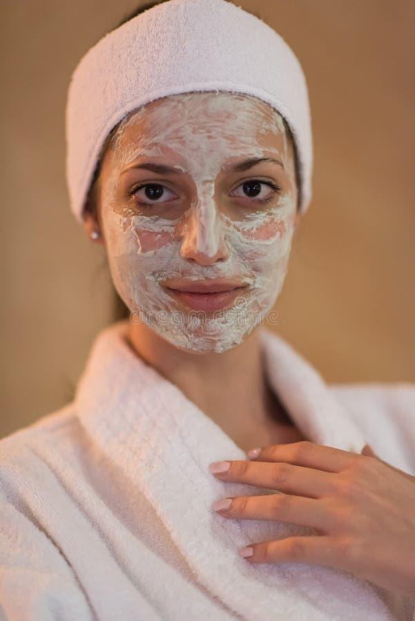 Mulher dos termas que aplica a máscara facial foto de stock royalty free
